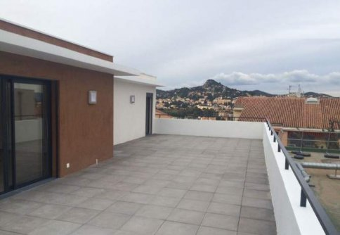 Vente hyeres appartement t4 toit terrasse for Location garage sollies pont